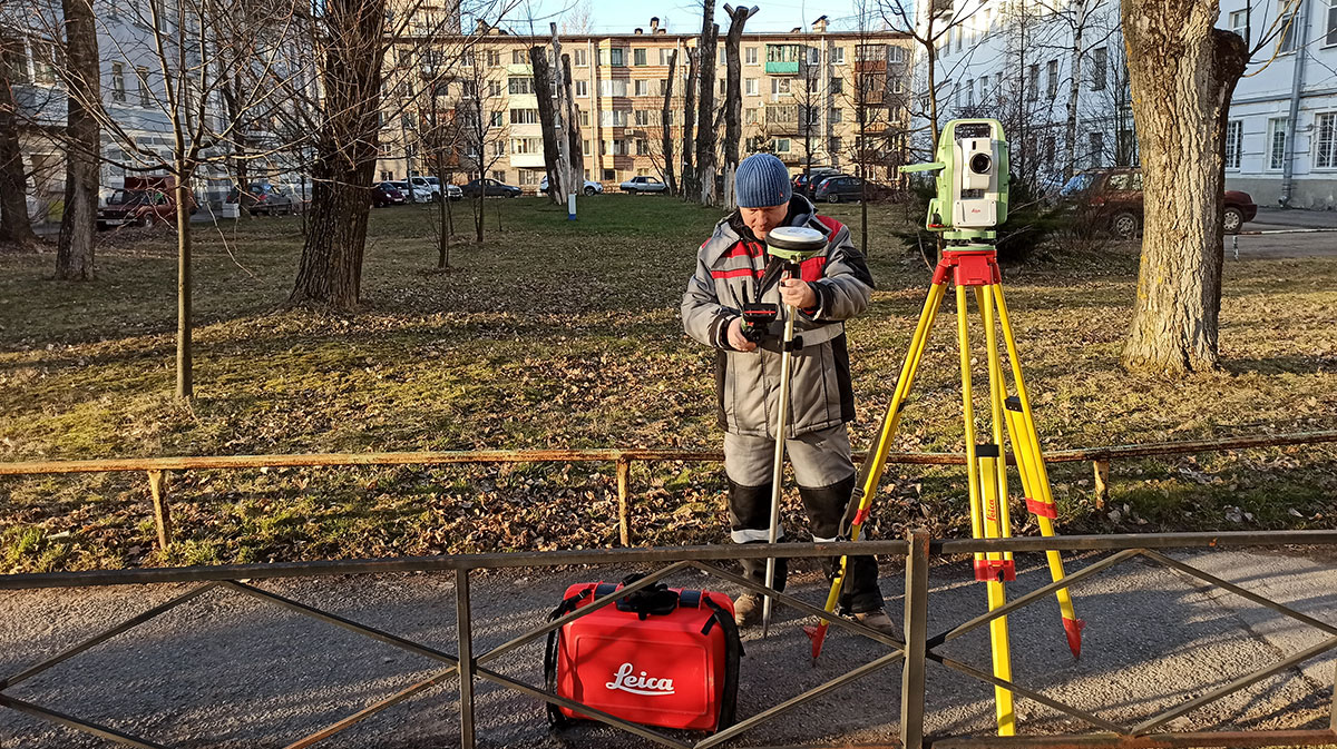 image of a surveyor in Russia - Alexey Petrin, the surveying blogger, using a total station, smart antenna and controller