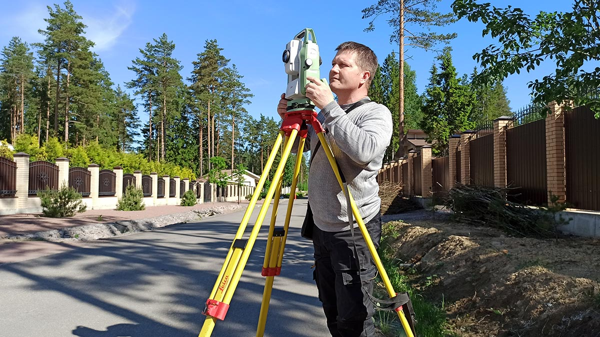 Surveyor Alexey Petrin surveying with a Leica FlexLine TS10
