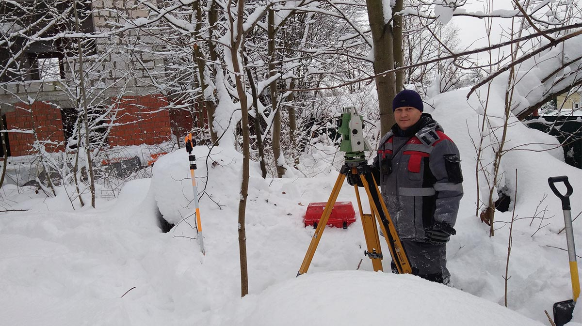 Surveyor and blogger Alexey Petrin surveying in the snow